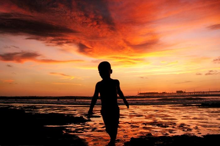 Un niño aflora del atardecer incandescente. Foto: MIguel Mejía Castro